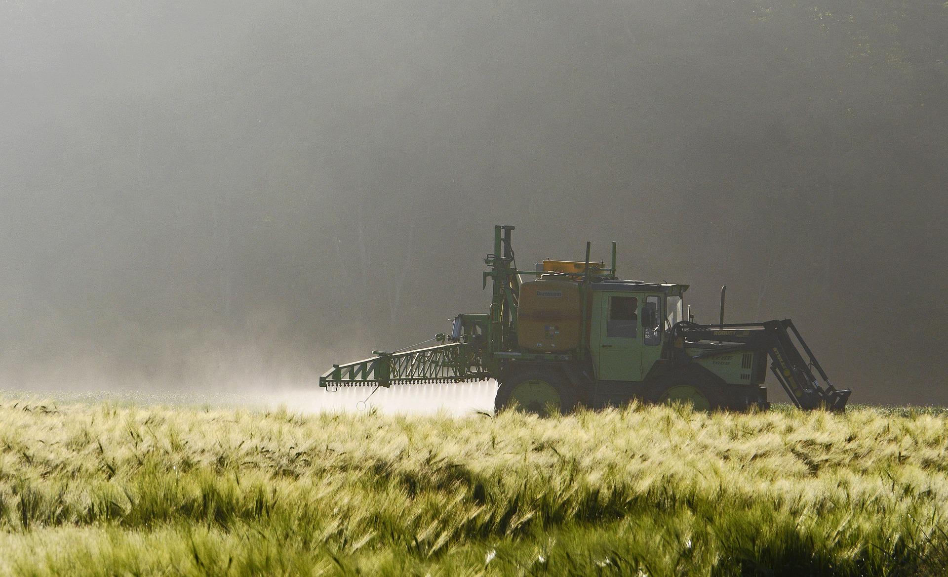 Traktor der Spritzmittel ausbringt