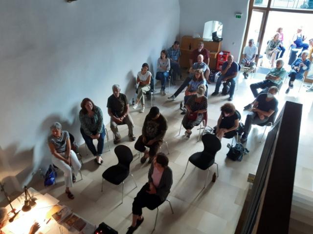 Wegen den Coronabeschränkungen musste einige Besucher draußen vorm Saal Platz nehmen